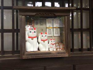「招福猫児(まねぎねこ)」は、寺院内で様々なサイズの購入可能です。
