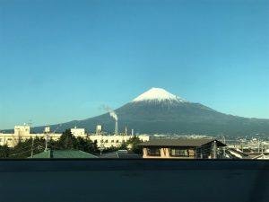 帰りの新幹線の車内から綺麗な富士山が見送ってくれました