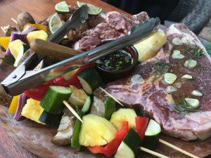 海老、Tボーンステーキ、ポーク、チキン、野菜などドンと4人前!