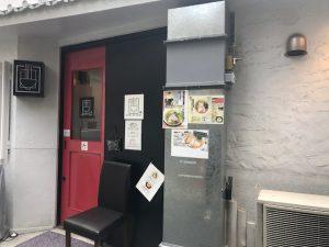 画廊は裏路地にあり、店頭には「開廊」の看板が。