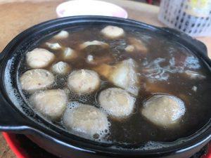 土鍋の中でぐつぐつ煮えています