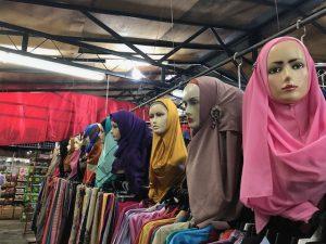 婦人服のお店のヒジャブをかぶったマネキンさんズラリ