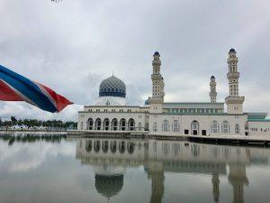 水上にモスクが映えてポストカードになりそうな美しさ