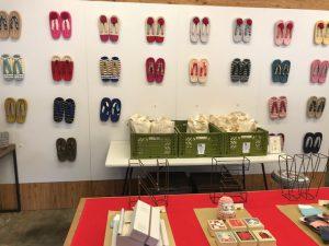 店内はカラフルな布草履や靴下、雑貨でいっぱい