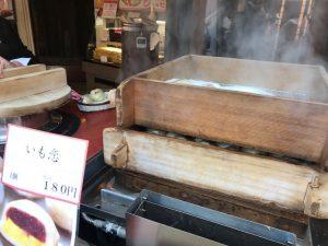 悩んだ末、ロミコは「菓匠右門」にて、ふかしたてのおまんじゅう「いも恋」180円を購入。