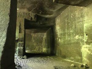 洞窟の壁には俳句が刻まれています
