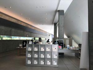 イッセイミヤケさんデザインのプリーツ系お洋服も販売しています