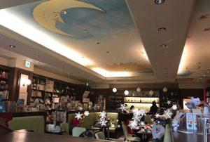 書棚の中央にカフェスペース