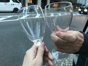 いよいよ参戦!意気揚々とグラスで乾杯