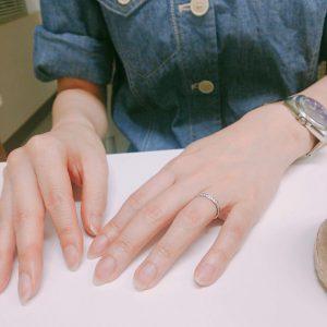 指輪がキラリ