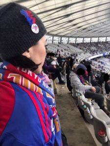 (写真10)セーターの上からユニフォームを着込み、気合いの入ったロミコ