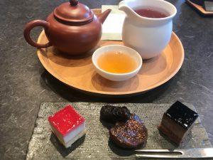 お茶菓子付き東方美人茶(ウーロン茶)